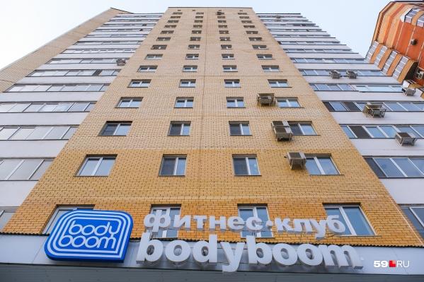 Фитнес-клуб расположен на первом и втором этажах здания