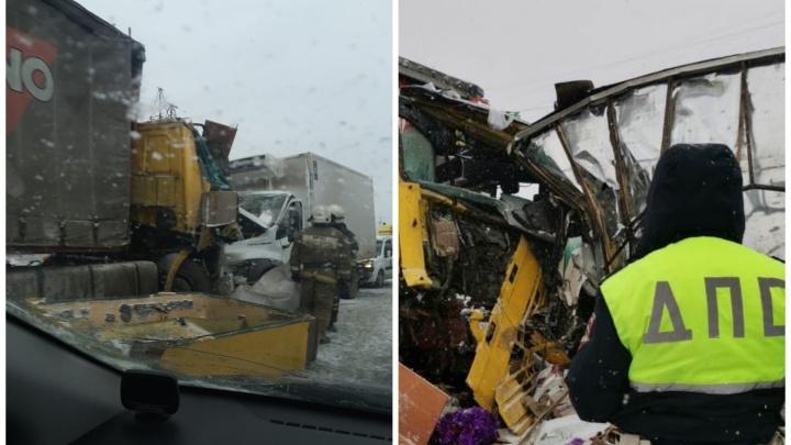 Под Екатеринбургом произошло массовое ДТП с четырьмя грузовиками