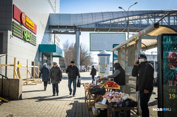 На уличных торговцев, которые продолжают продавать овощи и фрукты, несмотря ни на что, также жалуются