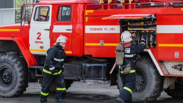 Пожарные вывели трех человек: в Перми загорелось трехэтажное промышленное здание