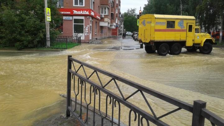 «Похоже на Нил»: во Втузгородке по дорогам разлилась коммунальная река