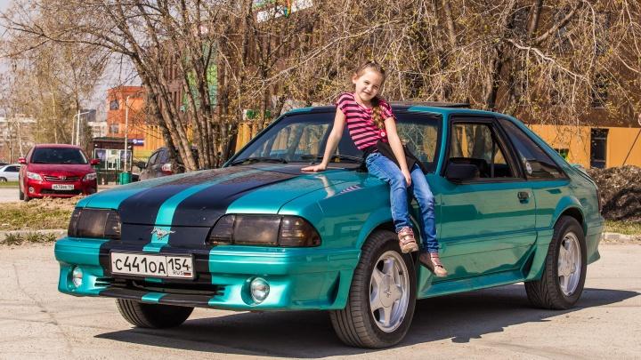 Шестилетняя девочка из Новосибирска ездит на 5-литровом американском монстре Ford Mustang