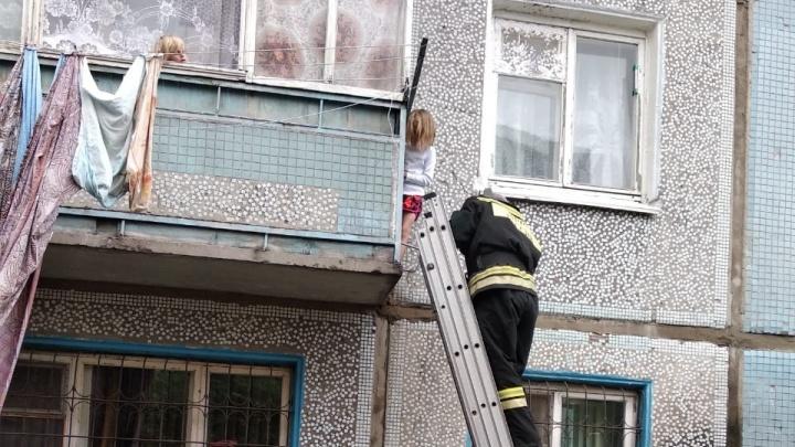 Шестилетняя девочка перелезла через балкон, пока её мать спала