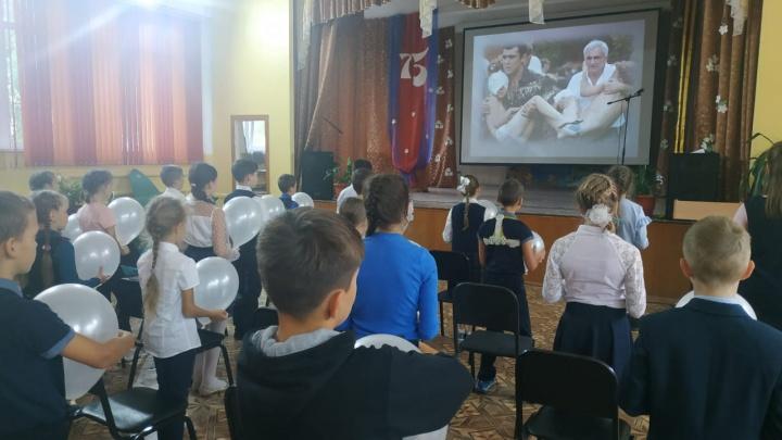 Родители пожаловались на то, что детям в омском лицее показали жестокие кадры трагедии в Беслане