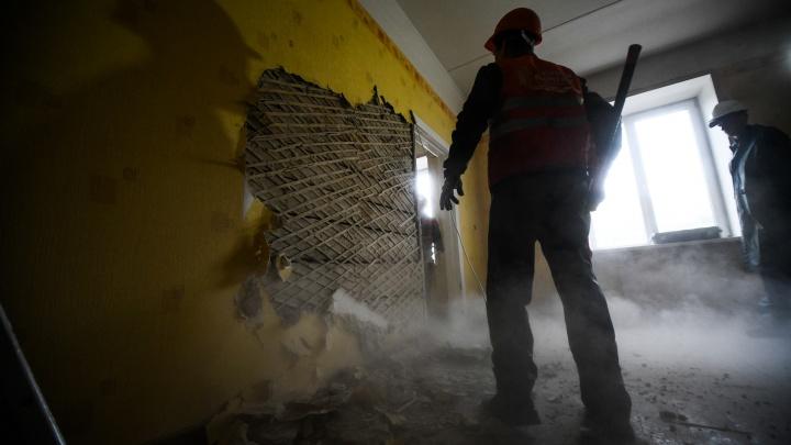 В Екатеринбурге сорок работяг начали сносить пятиэтажку, вместо которой построят новый зал филармонии