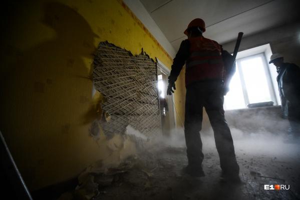 Рабочие начали снос здания с разбора внутренних перегородок