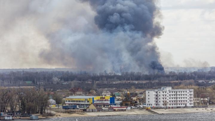 Огонь подобрался к Краснослободску: волгоградцы наблюдают за Волгой сильный пожар