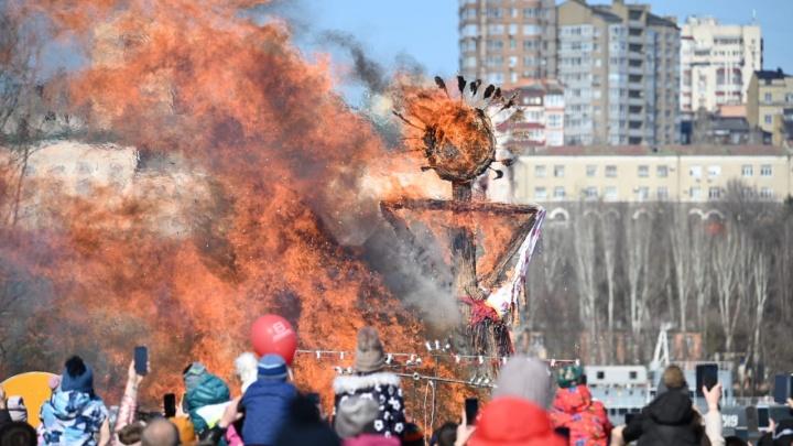 Весне дорогу: в Ростове отметили Масленицу — смотрим, как сжигали чучела