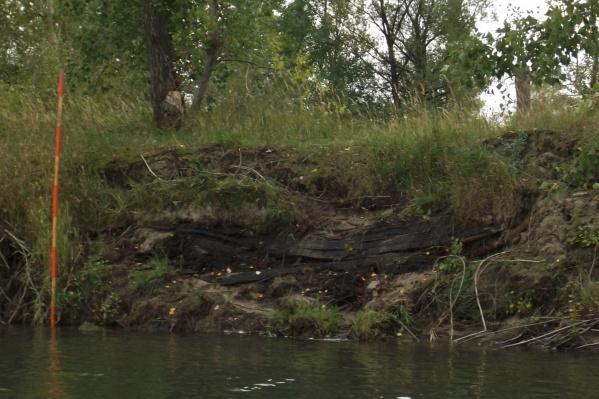 Для наглядности рядом с лодкой новосибирцы установили футшток: над ней и под ней не меньше полуметра песка и земли