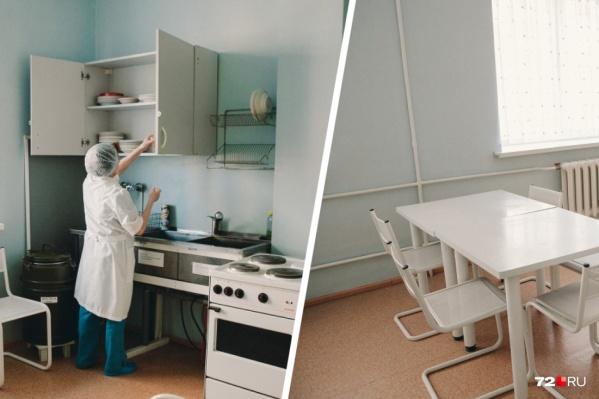 Так выглядит столовая в перинатальном центре на Энергетиков, 26. В условиях пандемии горячее питание разносят по палатам: так положено