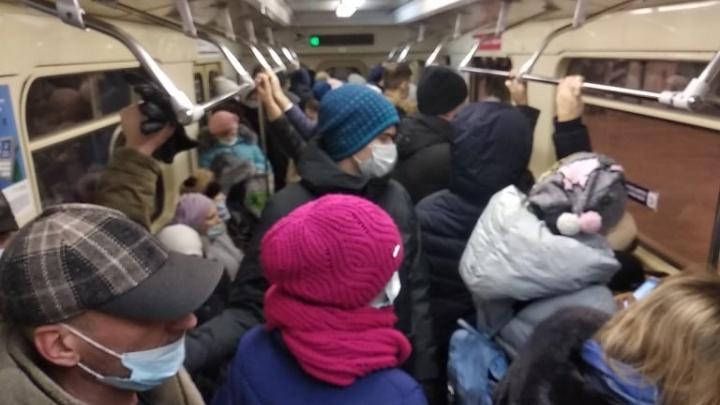 «Что-то произошло на Красном проспекте»: в Новосибирске остановилось метро