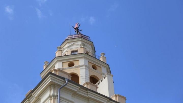 «Важнее объединиться вокруг медицинской маски». В Волгограде украшают дома георгиевскими лентами