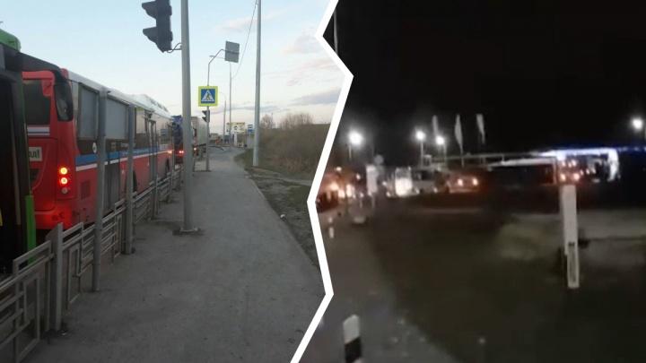 «Ждем до трех ночи»: в Тюмени водители автобусов жалуются на очереди на единственной метановой заправке