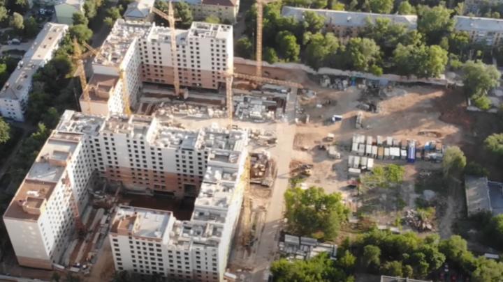 «Непривычно невысокие дома»: самарский видеоблогер снял с высоты строительство многоэтажек на Панова