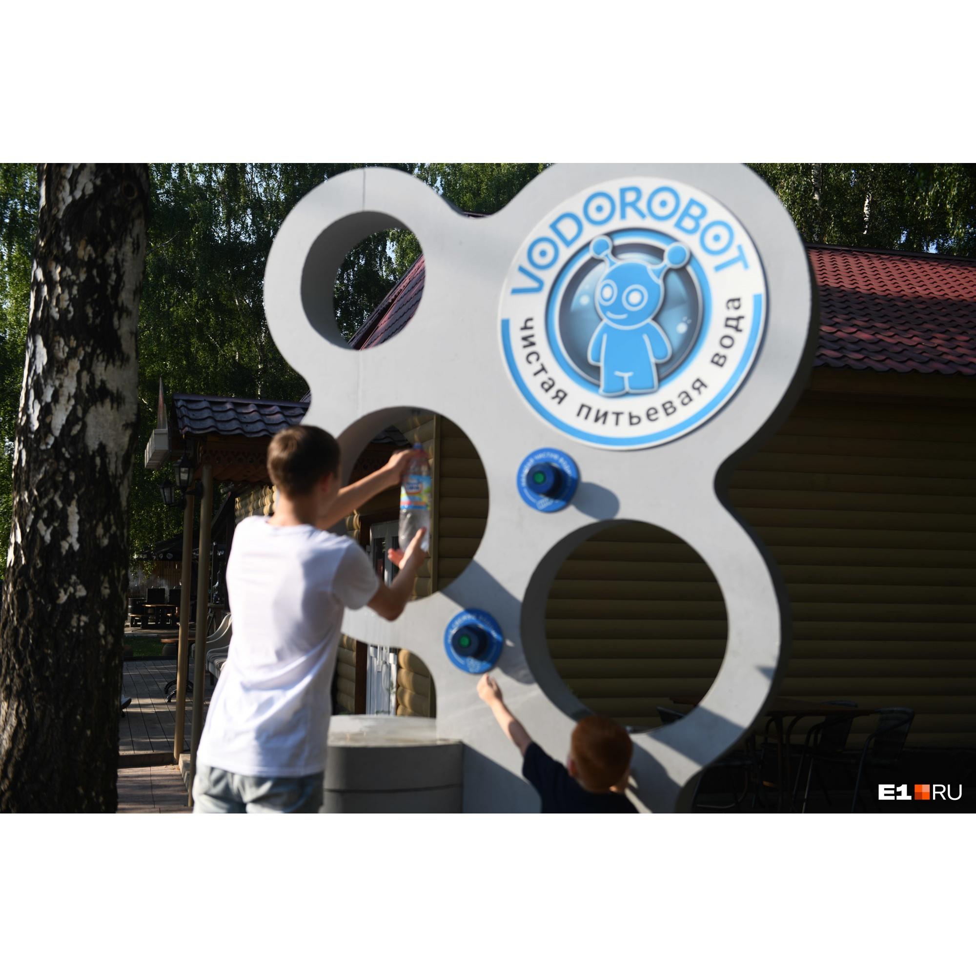 А еще (и это очень удобно) в парке можно набрать бутылку чистой воды и ни о чем не беспокоиться