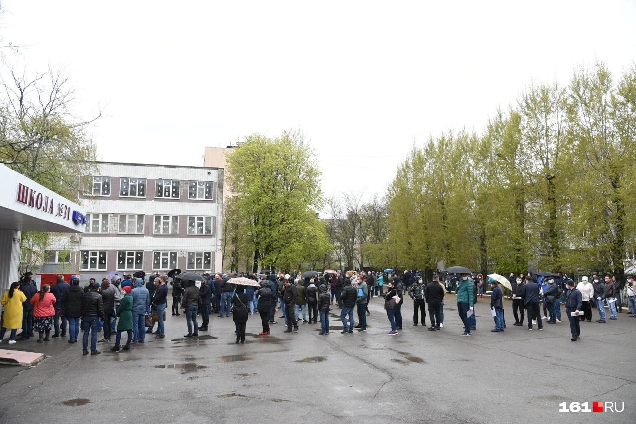 У школы столпилось несколько десятков человек