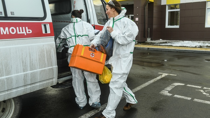 В Екатеринбурге муж пациентки с COVID напал на фельдшеров скорой. Он требовал КТ и госпитализацию