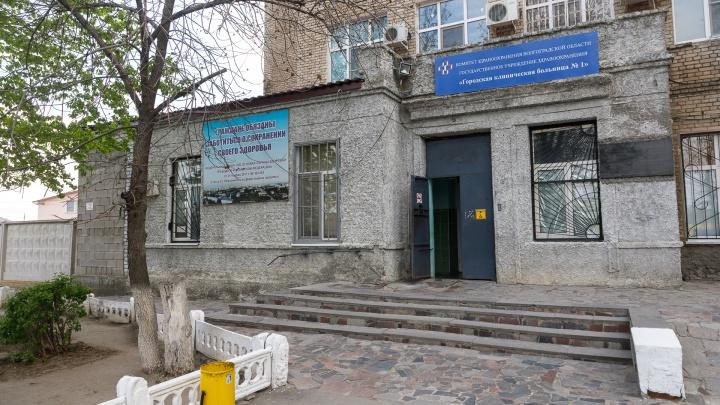 Умер пациент, выпавший из окна инфекционного госпиталя в Волгограде