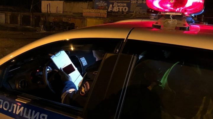 В Назарово жестко задержали пьяного водителя, который забаррикадировался в машине: видео