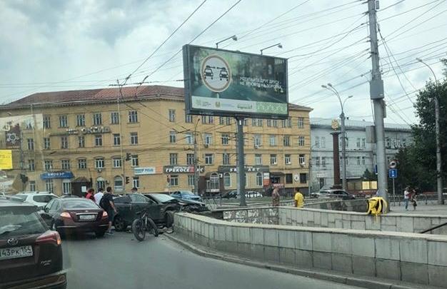 «Не справился с управлением»: водитель BMW врезался в подземный переход на Кирова в Новосибирске