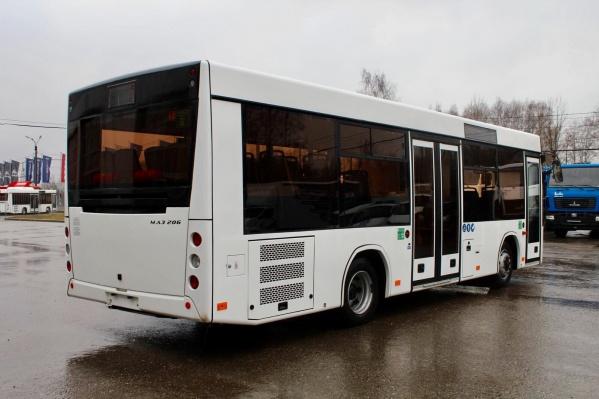 Новый белый автобус уже прибыл на стоянку дилера