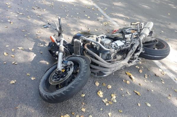 Мотоцикл отбросило на встречную иномарку