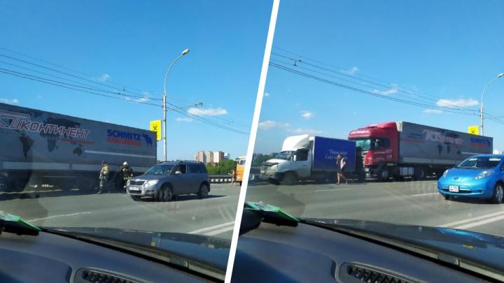 «Сыграли в паровозик»: из-за массовой аварии на Димитровском мосту собрались огромные пробки