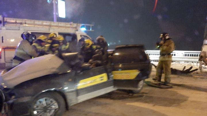 В Кемерово такси влетело в служебный автобус. Два человека погибли на месте