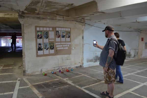 Памятная инсталляция расположилась на стене, недавно расчищенной от ларьков