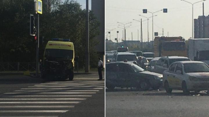 Машина скорой помощи попала в ДТП на Широтной. Пострадали медики