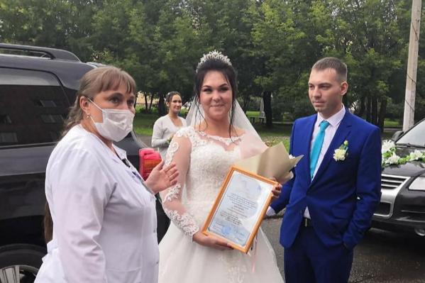 Пара запланировала свадьбу еще полгода назад и не стала отменять торжество
