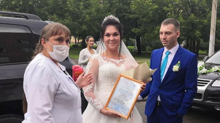 Сменила комбинезон на платье: врач 20-й больницы после 4 месяцев карантина вышла замуж