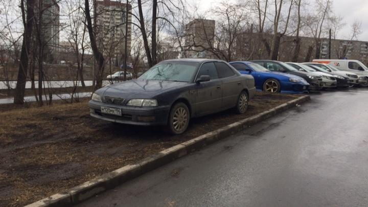 «Я паркуюсь как...»: автохамы захватили дворы Екатеринбурга в разгар карантина