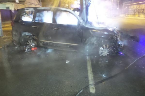 Lexus врезался в столб и загорелся
