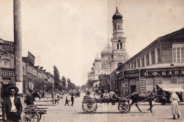Фото сделано на улице Почтовой (теперь Станиславского) в самом начале XX столетия