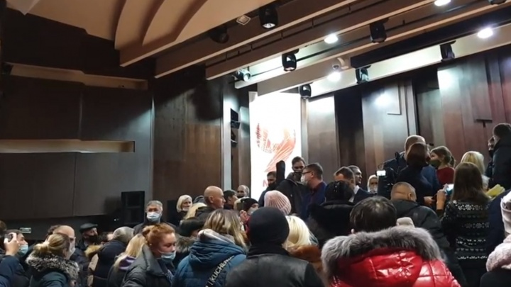 Новокузнечане ворвались в здание мэрии. Они требуют отмены транспортной реформы и отставки мэра