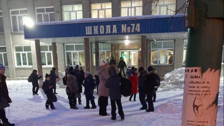 Как прошла волна эвакуаций в Новосибирске: детей прятали в подъездах, в школы пришло странное письмо