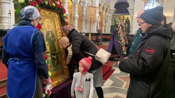 Икону протирают после каждого прихожанина: сотни верующих пришли поцеловать святую Матрону
