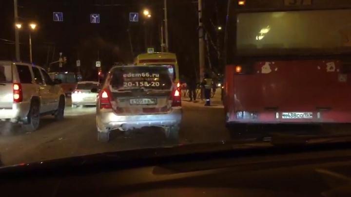 На месте скорая и МЧС: Московская встала в пробку из-за автобуса, попавшего в ДТП