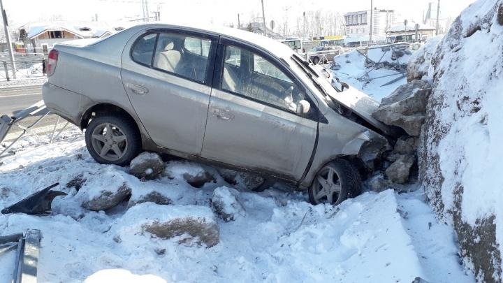 «Тойота» проломила дорожное ограждение и влетела в ледяную гору в Бердске — водитель в больнице