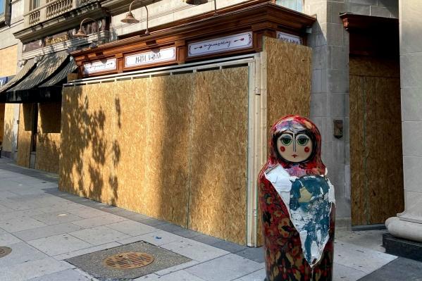 Матрешка рядом с рестораном в Вашингтоне