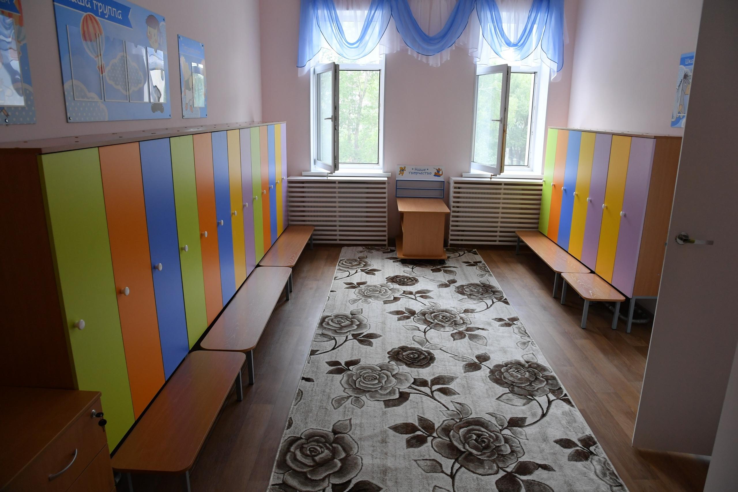 Детям наверняка понравятся разноцветные шкафчики для одежды