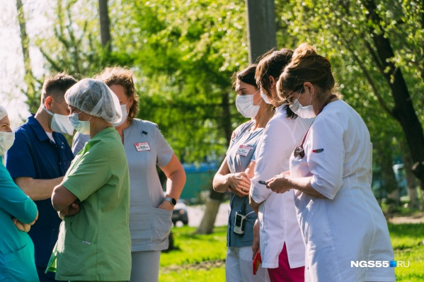 Коронавирус сейчас распространяется не только в Омске, но и по области. 1 мая он добрался до Тевриза
