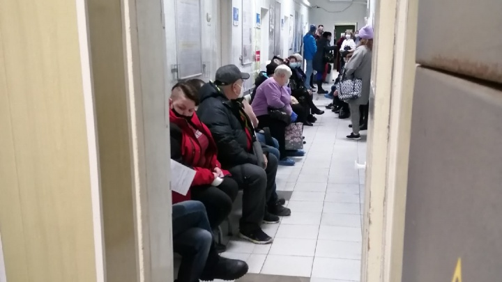«Как по живой очереди? Я же в шесть утра была 16-й»: волгоградцы составляют списки на прием и часами «дежурят» в поликлинике