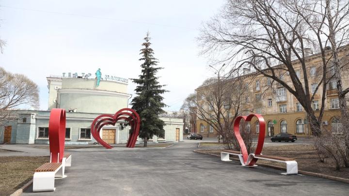 Дорогие сердцу. Урбанист раскритиковал скамейки возле кинотеатра в Челябинске, за них отдали 375 тысяч