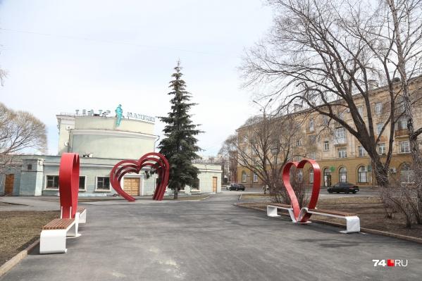 Фотозону и скамейки установили в сквере у кинотеатра имени Пушкина и загса в Советском районе