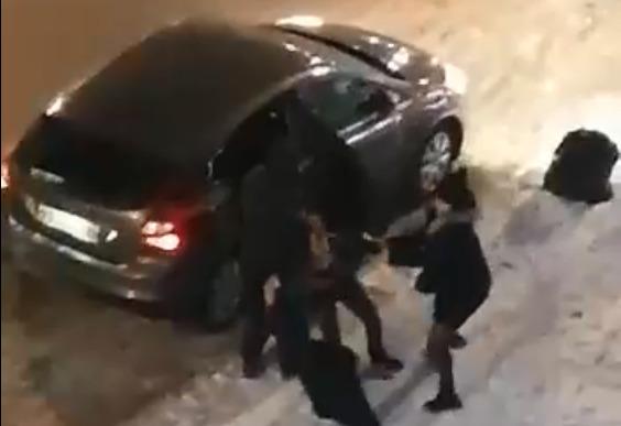 В Екатеринбурге попытка похищения девушки попала на видео