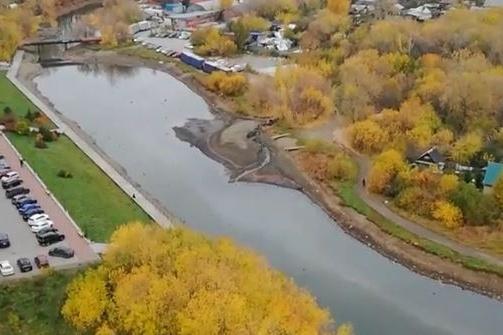 Читатель E1.RU снял, как пятно по Исети двигается к Городскому пруду