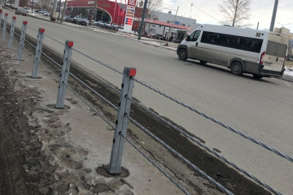 Такие ограждения недавно появились на Свердловском тракте и улице Братьев Кашириных