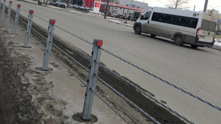 «Кто будет убирать этот бардак?» Челябинцев возмутила грязь вдоль новых ограждений посреди дороги